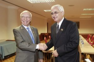 Pakistani Foreign Affairs Adviser to PM, Sartaj Aziz with Indian External Affairs Minister, Salman Kurshid | Photo: MEA